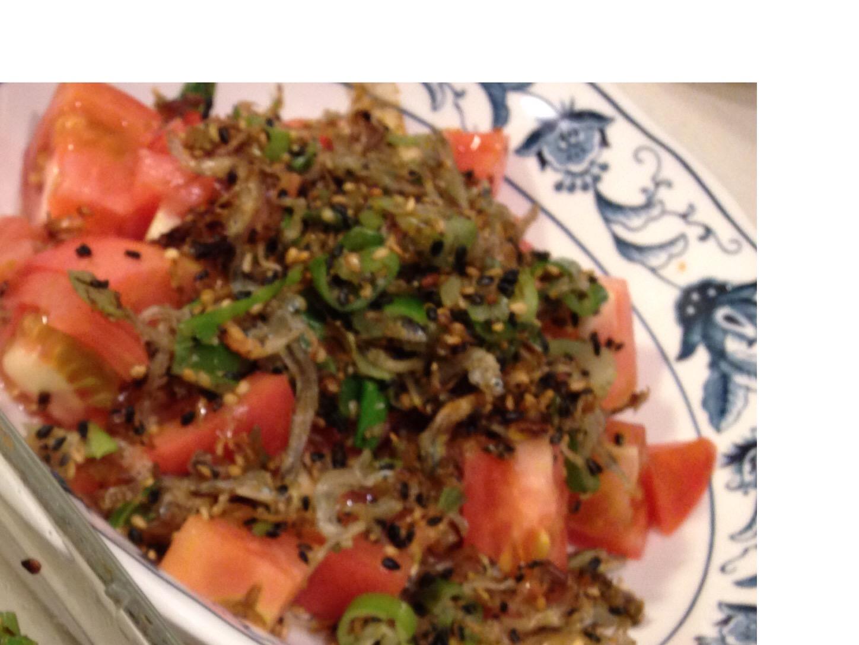 【トマト 常備菜レシピ】そーめんや冷奴と相性抜群!トマトのネギじゃこふりかけ和え